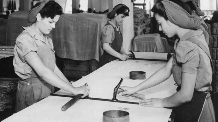 Mujeres confeccionan delantales para cosechas.